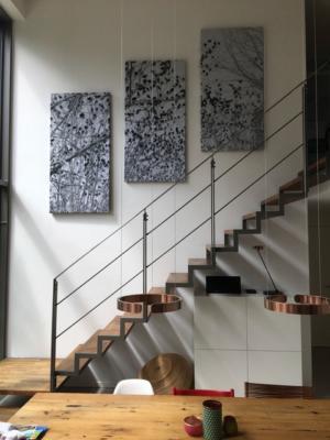 Raumakustik Lösung im offenen Wohnraum: Akustikbilder mit Kunst-Fotografie an der offenen Treppe