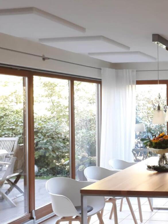 Raumakustik Lösung mit Absorberplatten an der Decke im Wohnzimmer