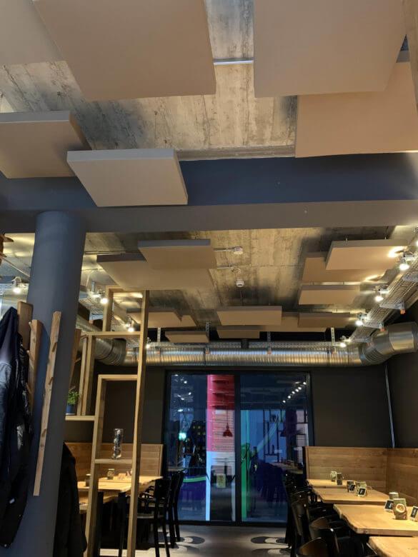 Raumakustik Lösung im Restaurant mit farbigen Deckenhängern in verschiedenen Größen
