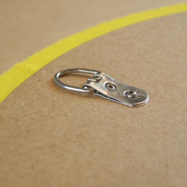 Detailansicht der Aufhängung eines runden Absorbers