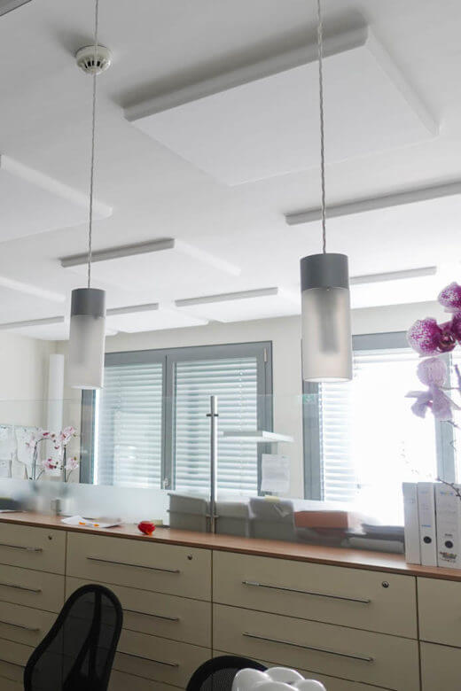 Absorberplatten aus Basotect als Raumakustik Lösung für die Decke