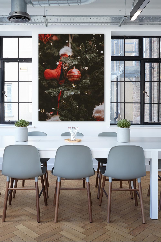 Weihnachtsdeko im Besprechungsraum mit Schallschutzbild Christbaum